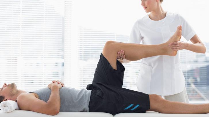 упражнения с физиотерапевтом при боли в колене